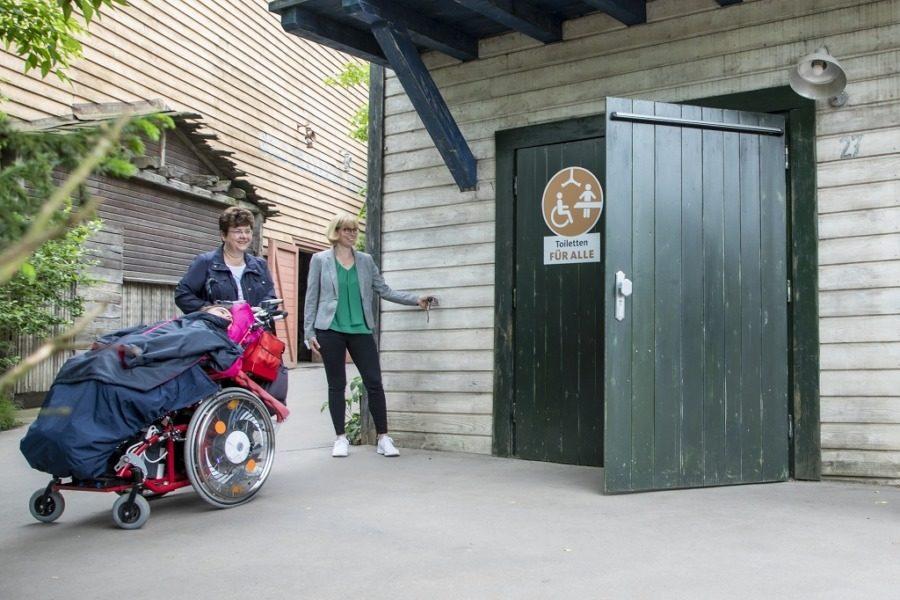 """""""Toilette für alle"""": (vo.li.) Sanitärraum für pflegebedürftige Menschen im Erlebnis-Zoo Hannover"""